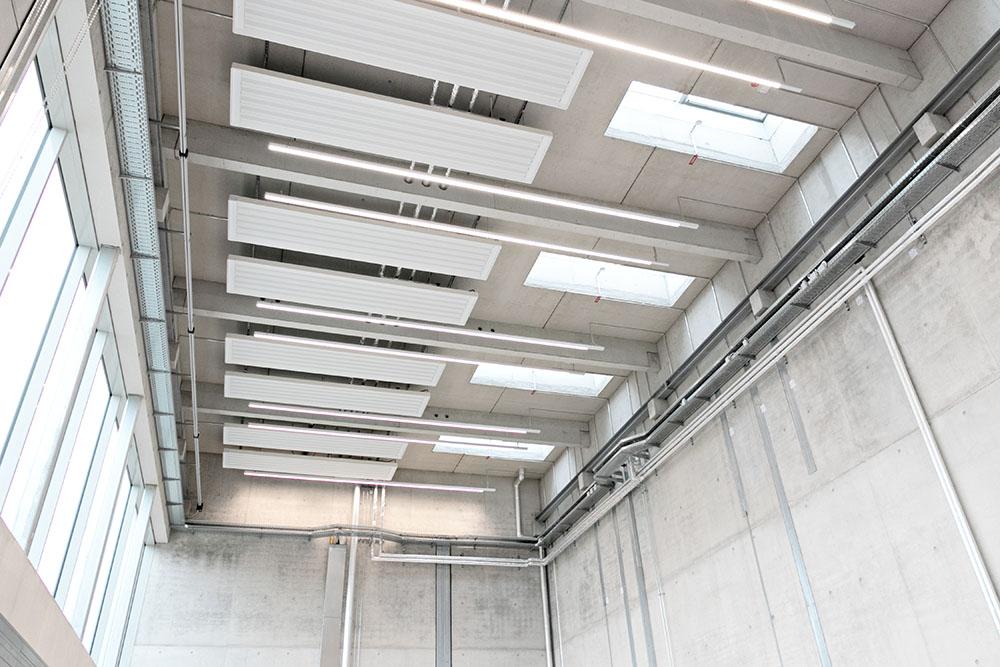 Hallenbereich mit Lichtbändern